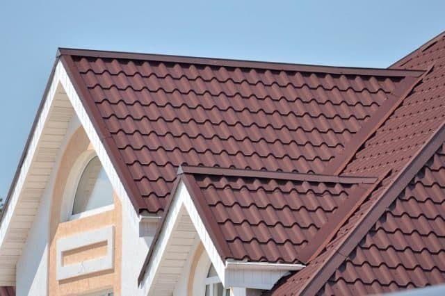 Крыша из металлочерепицы: нюансы устройства